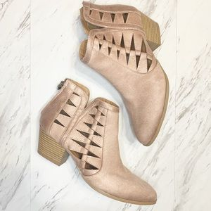 • Qupid Blush Pink Cut Out Ankle Zip Booties Sz9 •